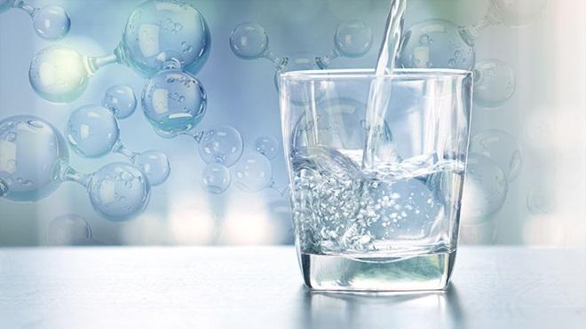 bicchiere con acqua