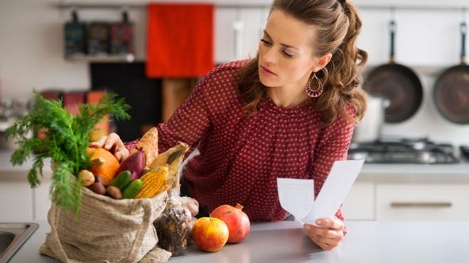donna con sacchetto della spesa