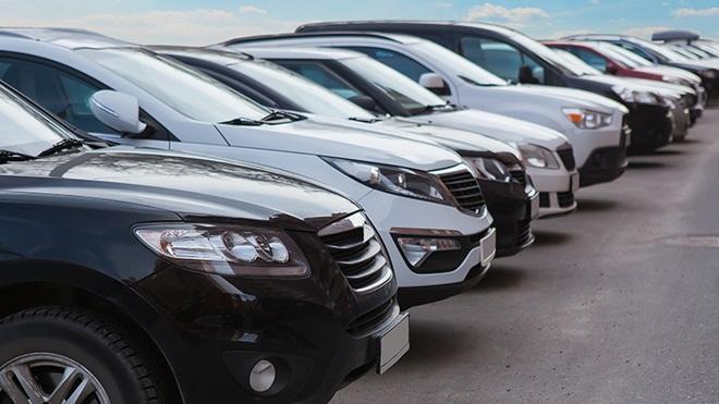 fila di auto parcheggiate