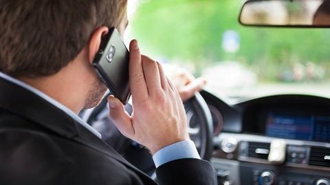 Ritiro immediato della patente per chi guida al cellulare. Ecco cosa prevede la legge