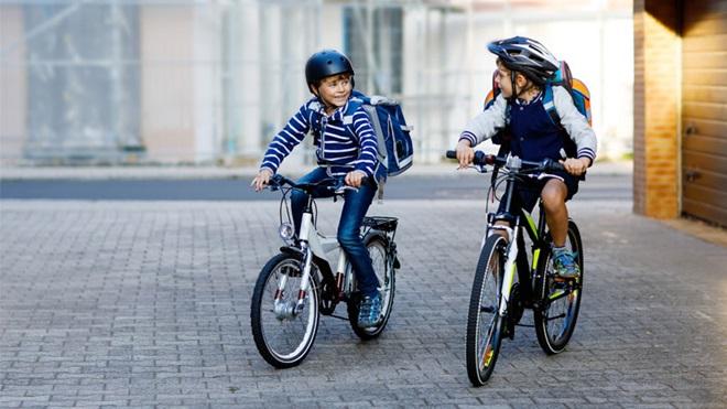 bimbi in bici con il casco