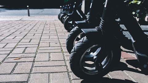 close-up ruote monopattini elettrici