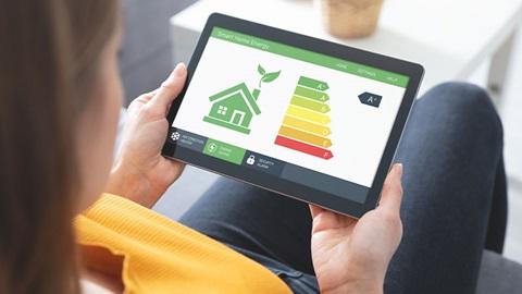 close-up tablet con immagine certificazione energetica