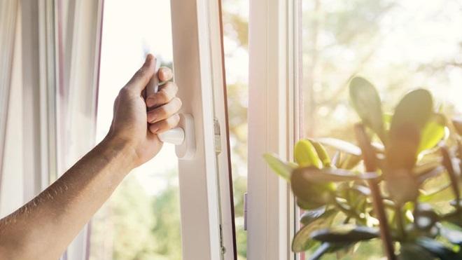 mano che apre finestra