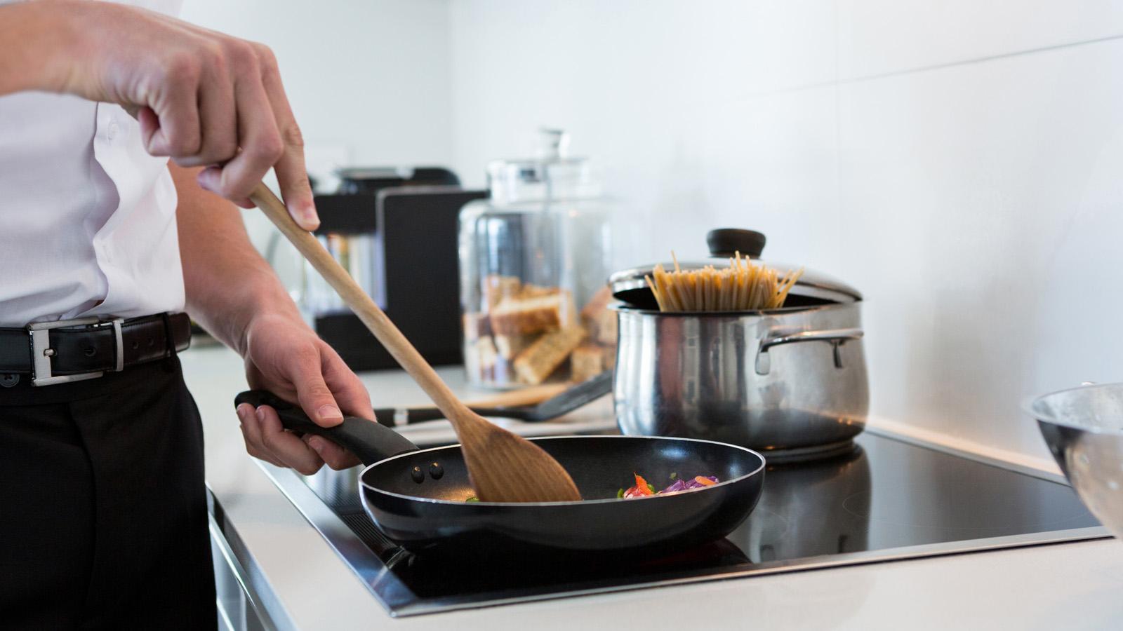 Piano Cottura Induzione O Gas come scegliere il piano cottura giusto | altroconsumo