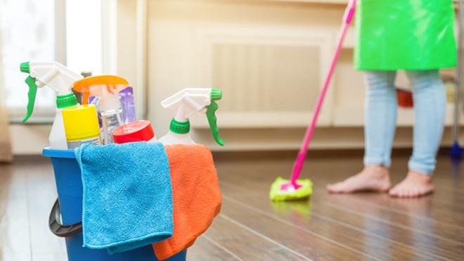 secchio con detergenti per la casa