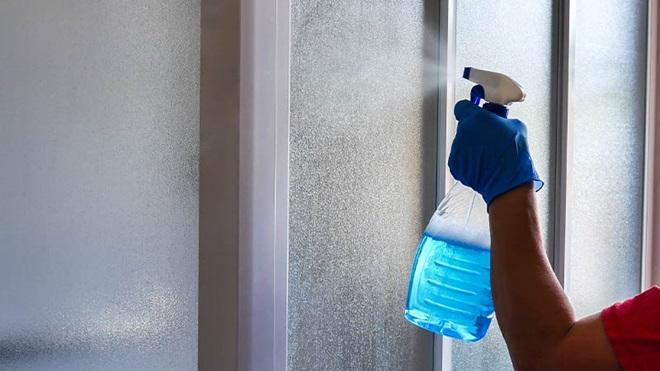Come pulire i vetri della doccia