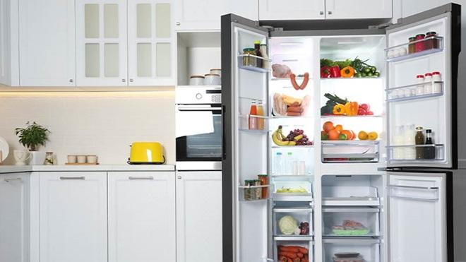 frigorifero aperto pieno di alimenti