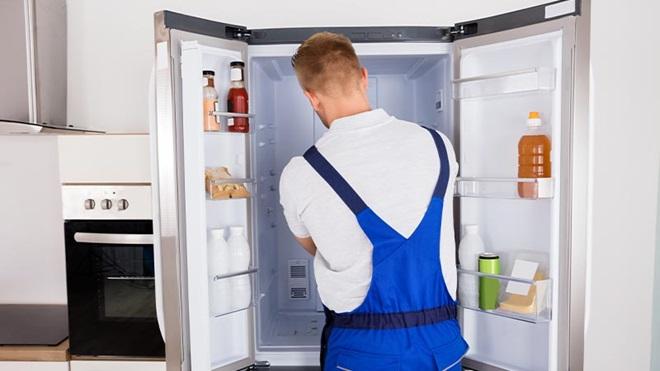 uomo che installa frigorifero