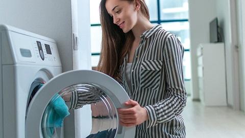 donna apre sportello lavatrice