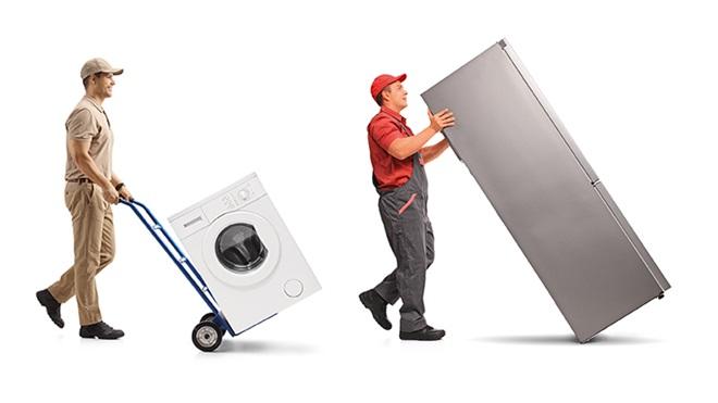 uomini che trasportano elettrodomestici
