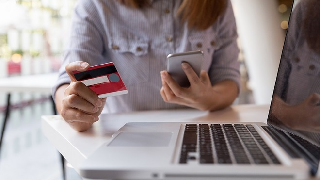 persona che utilizza carta di credito per acquisto online