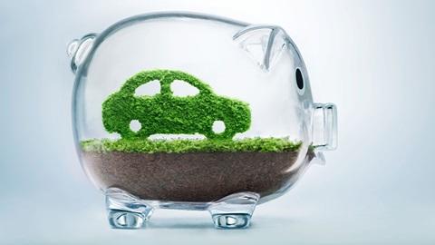 macchina verde dentro porcellino di vetro