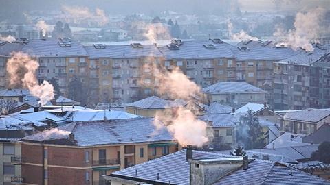 tetti città inquinata imbiancata dalla neve