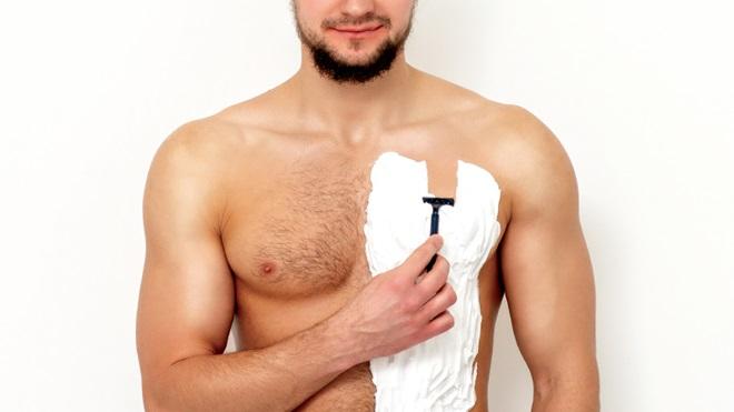 uomo si depila petto con rasoio