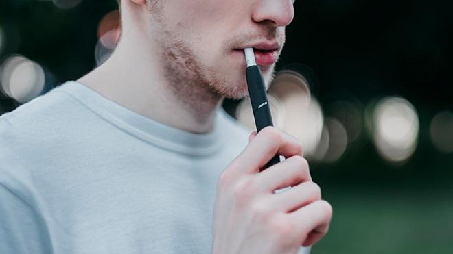 ragazzo fuma sigaretta elettronica