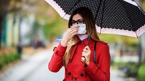ragazza si soffia il naso con fazzoletto di carta