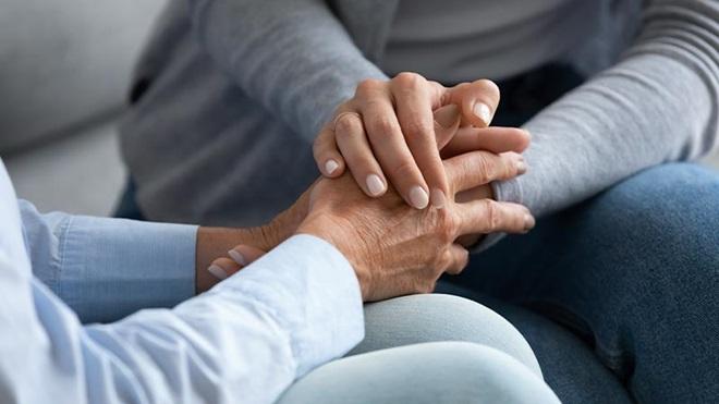 persone mano nella mano