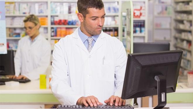 farmacista al PC