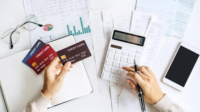 carte di credito e calcolatrice