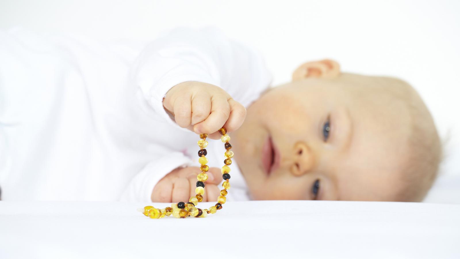 rivenditore di vendita eb380 a39d5 Primi dentini: servono davvero le collane di ambra?